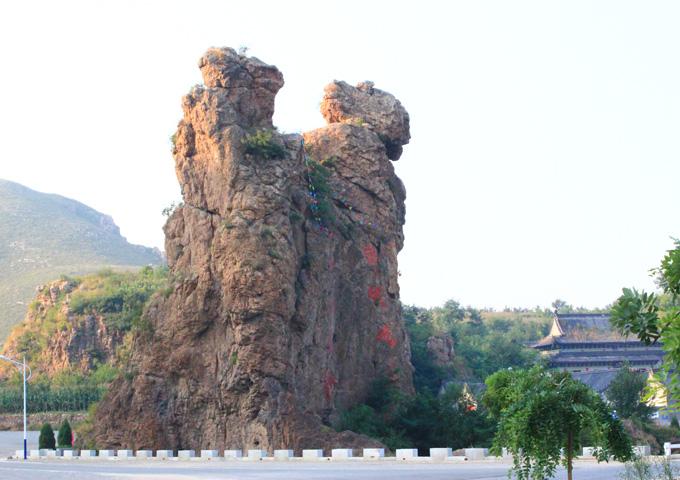 灵山风景名胜区集山岳之壮美,融百花之娇媚,聚奇石之